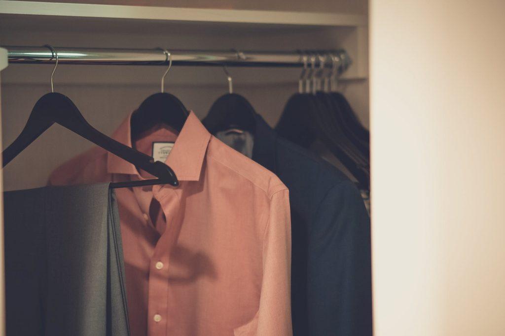 Minder kleding maar meer mogelijkheden: zo zorg je voor een slimme kast met enkel essentials
