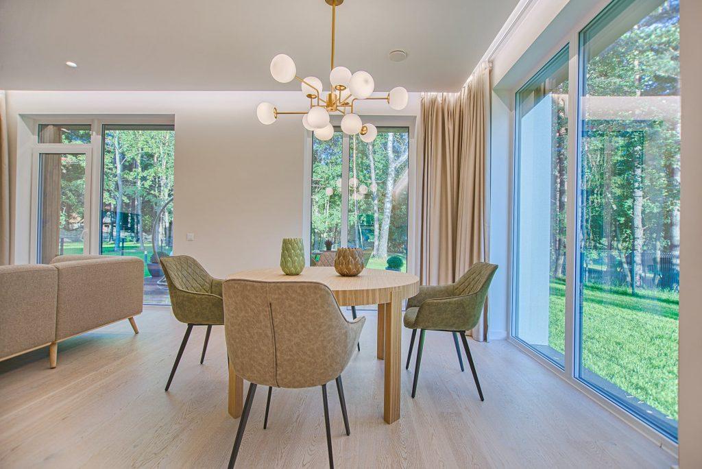 Waarom het belangrijk is je huis goed door te luchten (en hoe je dit het beste doet)